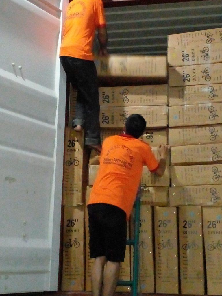 Dịch vụ bốc xếp hàng hóa Bình Dương trọn gói giá rẻ. Gọi ngay: 0879 688 788 – 0388 965 339